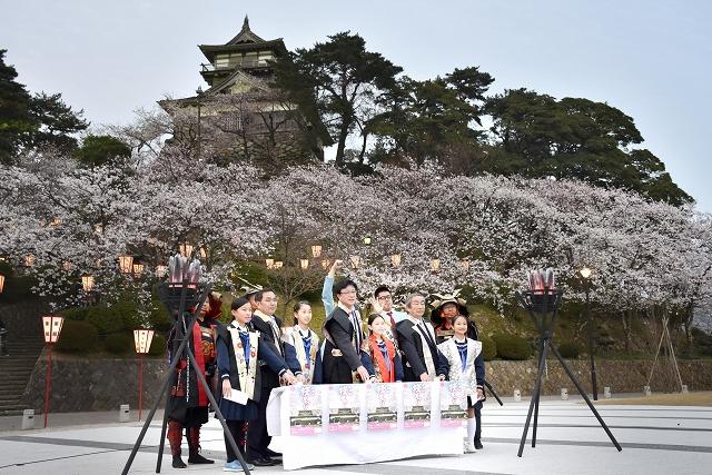 300基のぼんぼりの点灯式=4月1日、福井県坂井市の丸岡城お天守前公園