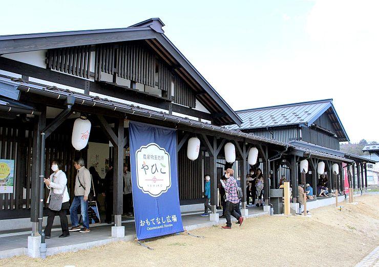 フードコートなどが営業を始め、グランドオープンした「おもてなし広場」=3月30日、弥彦村