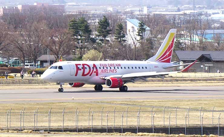 松本空港に初めて着陸するFDA12号機