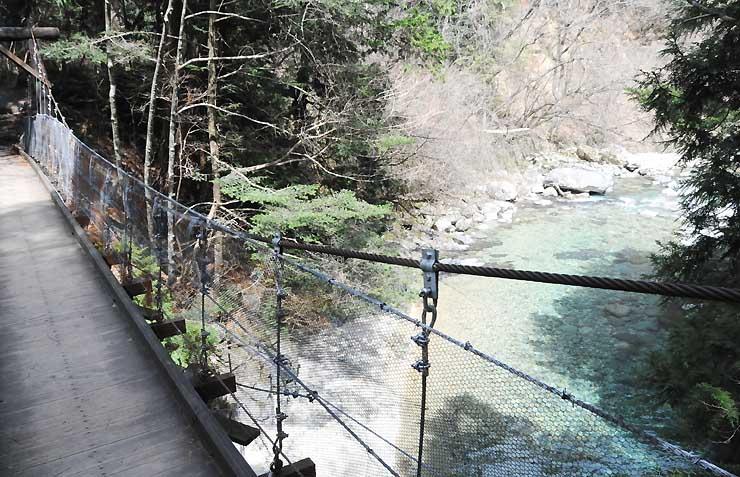 夏にマイカー乗り入れが規制される大桑村の阿寺渓谷=1日