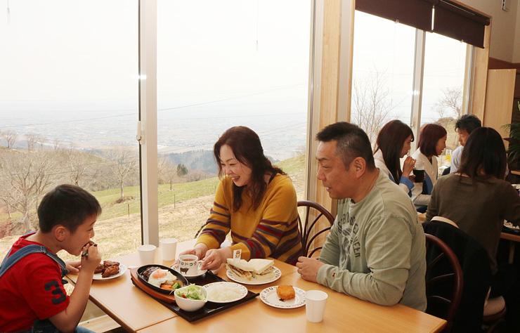 家族連れらでにぎわう「稲葉山カフェレストラン」=小矢部市の稲葉山山頂