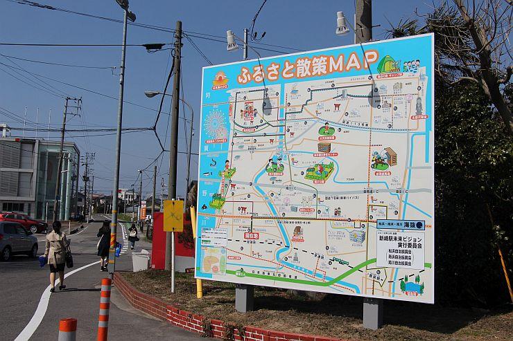 リニューアルされたJR新崎駅北口前の案内看板=新潟市北区
