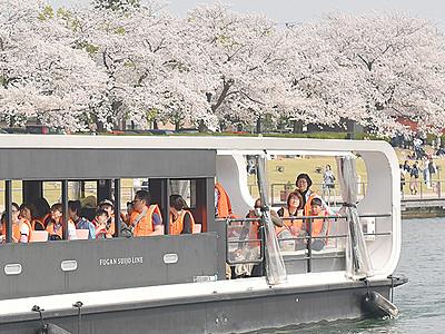 船上から満開の桜 富岩運河でお花見クルーズ開始