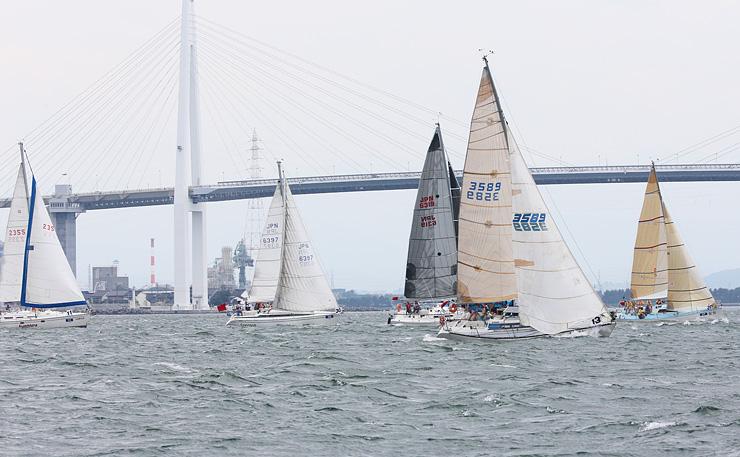 前回の富山大会で、海風を帆に受けて富山湾を走るヨット=昨年7月、射水市新湊地域沖