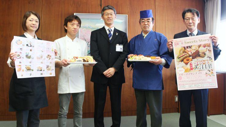 桜井雅浩市長(中央)を訪れた県菓子工業組合柏崎支部のメンバー
