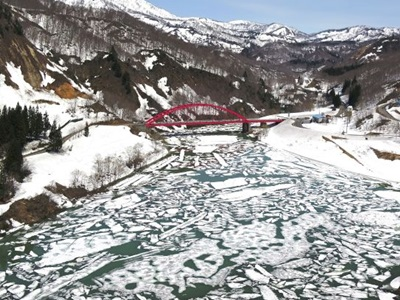 「雪流れ」春来る 魚沼・破間川ダム