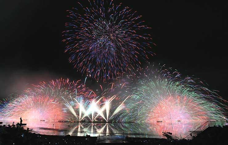 4万発が華やかに諏訪湖を照らした第69回諏訪湖祭湖上花火大会=2017年8月15日