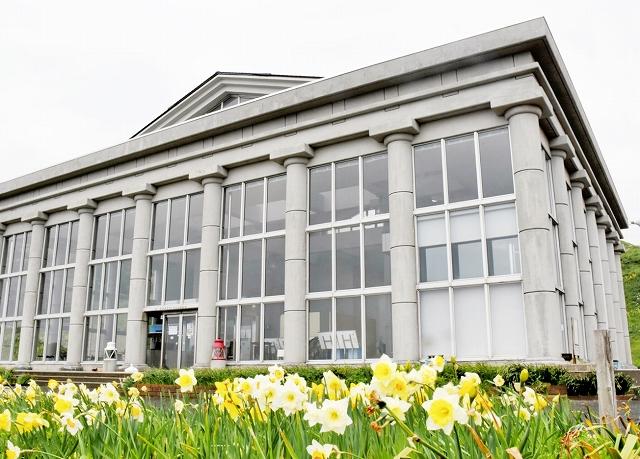 改修を終え運営を再開する水仙の館=6日、福井県越前町血ケ平の越前岬水仙ランド