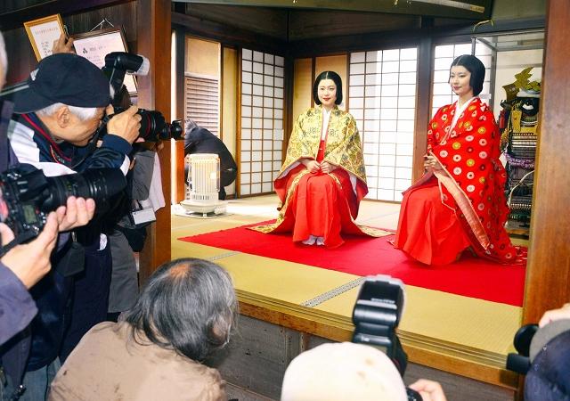 小少将、お市の方役のモデルにカメラを構える愛好家ら=7日、福井県福井市の一乗谷朝倉氏遺跡