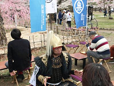 小諸市民「甲冑隊」おもてなし 懐古園で「桜まつり」始まる