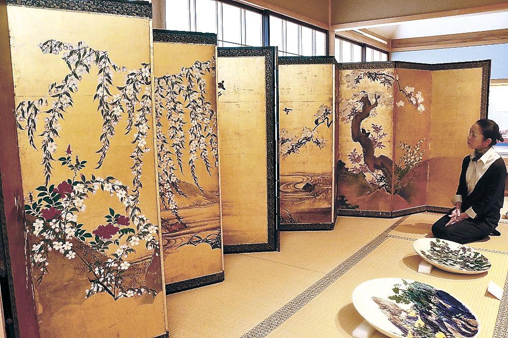 初公開された「桜の図屏風」=加賀市の県九谷焼美術館