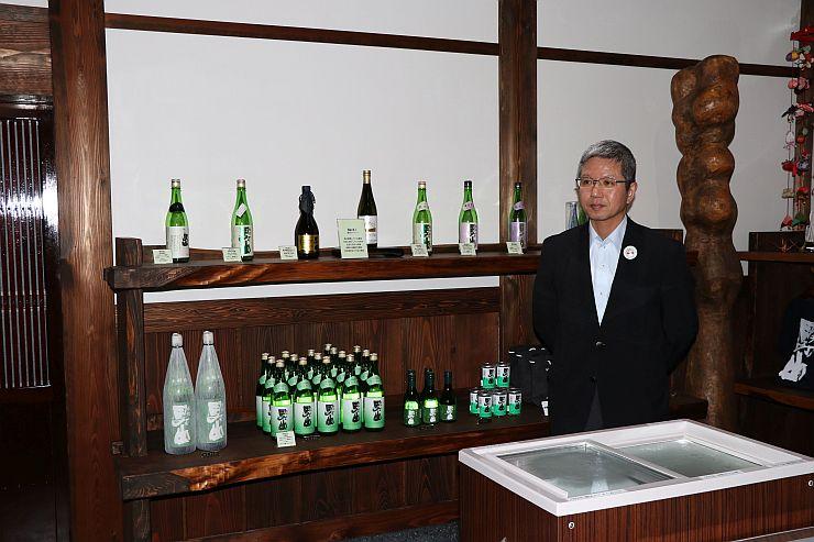 渡辺酒造店がオープンした「豊醸蔵」の店内に立つ渡辺吉樹代表社員=糸魚川市根小屋