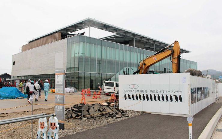 6月26日のオープンに向けて工事が進む上越市立水族博物館「うみがたり」=上越市