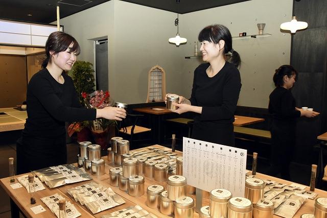 喫茶スペースや茶室を新設し、4月10日にリニューアルオープンする中道源蔵茶舗=9日、福井県敦賀市神楽町1丁目