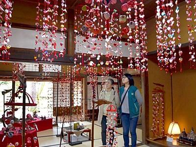 幸せへの願い鈴なり 柏崎・飯塚邸につるし雛