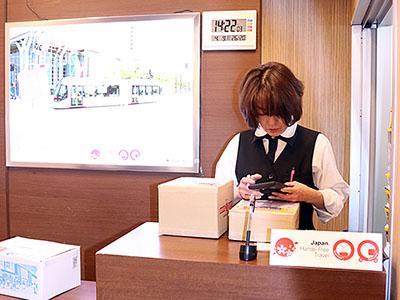 手ぶらで身軽に観光を 富山駅に外国人向け宅配窓口