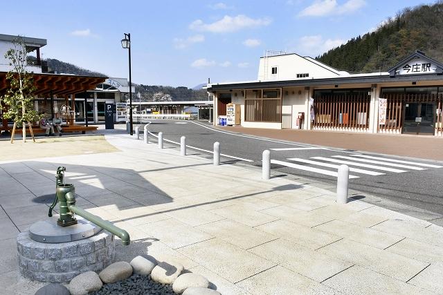 駅舎、駅前両方の整備が完了したJR今庄駅=福井県南越前町今庄