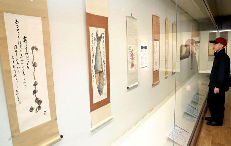 会津八一の詩書画などが展示されている企画展「文人と詩書画一致のモダニズム」=10日、新潟市中央区