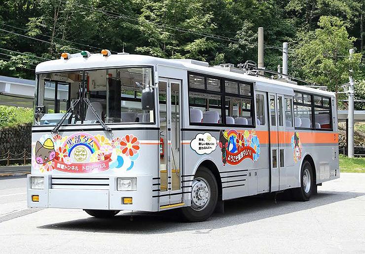 ラッピングを施したトロリーバス