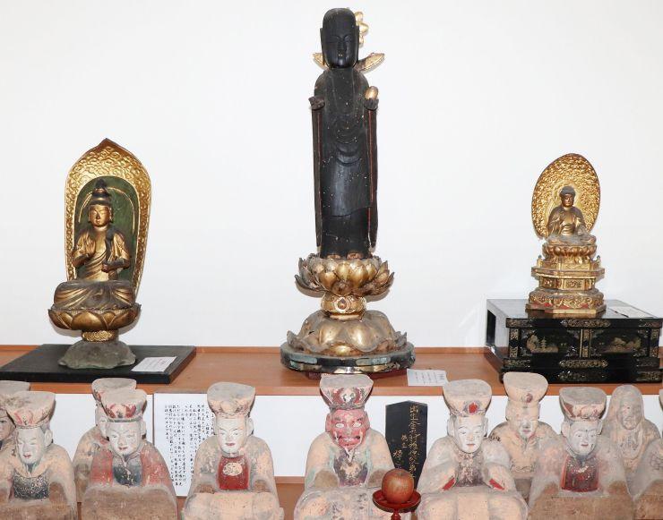 寺田堂から長谷寺に移された仏像。右から薬師如来、地蔵菩薩、聖観音=佐渡市長谷