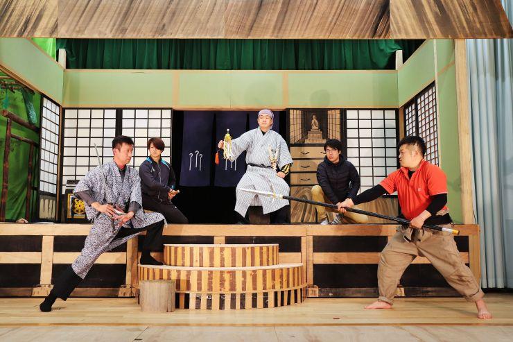 本番を控え稽古に熱が入る片野尾歌舞伎保存会のメンバーら=10日、佐渡市片野尾