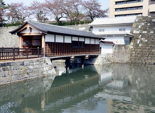 小舟が発着する福井城址の御廊下橋付近=10日、福井市大手3丁目