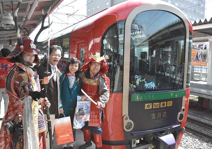 「雪月花」で上田駅に到着し、信州上田おもてなし武将隊らと記念撮影する乗客