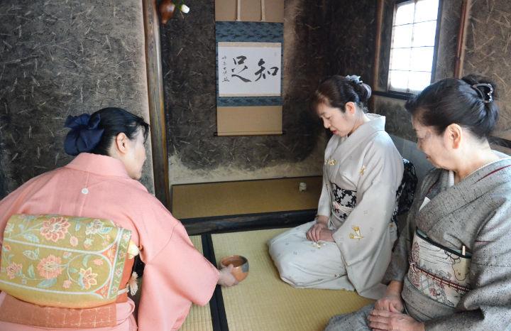 「待庵」の原寸大複製内で茶を楽しむ女性たち