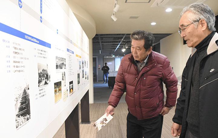 14日にオープンした「しもすわ今昔館おいでや」。下諏訪町の歴史が分かる年表も展示している