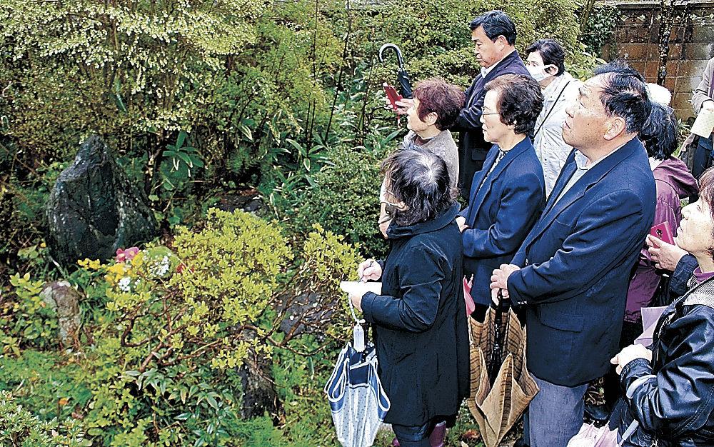 虚子の句碑を巡り、ゆかりに思いをはせる出席者=七尾市中島町中島