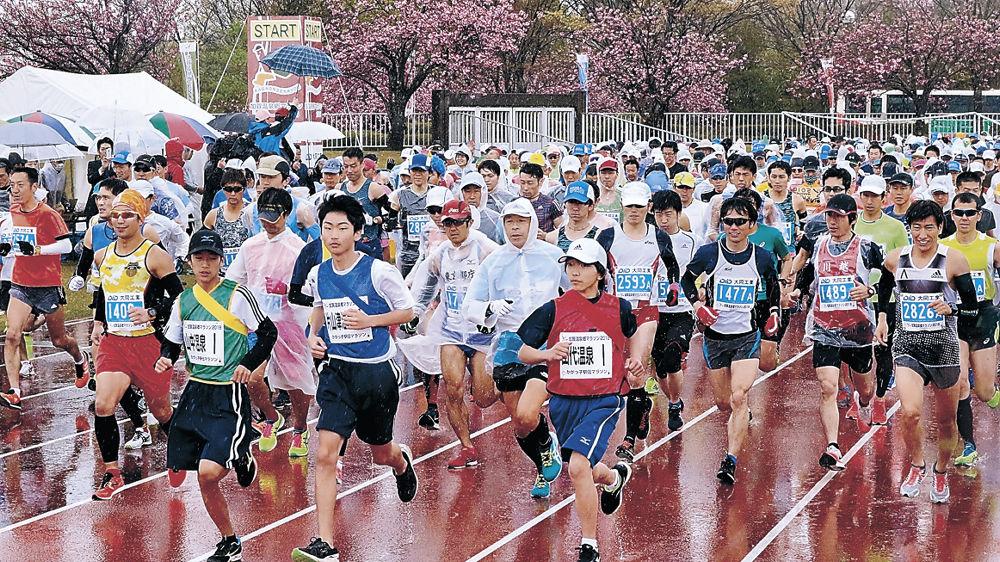 一斉にスタートを切るランナー=加賀市陸上競技場