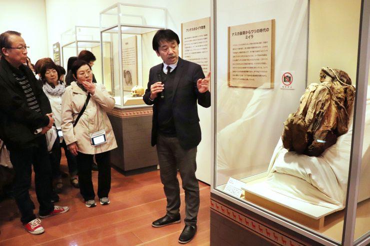 アンデス文明の多様な文化が紹介されたギャラリートーク=14日、新潟市中央区
