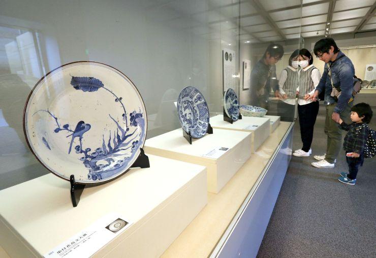 江戸時代の伊万里焼が並ぶ企画展=14日、長岡市の県立歴史博物館