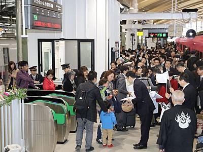 新潟駅高架化1期開業 ときといなほホームで対面