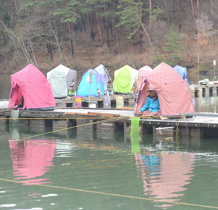 雨模様の中、釣り客のカラフルなテントが並んだ美鈴湖