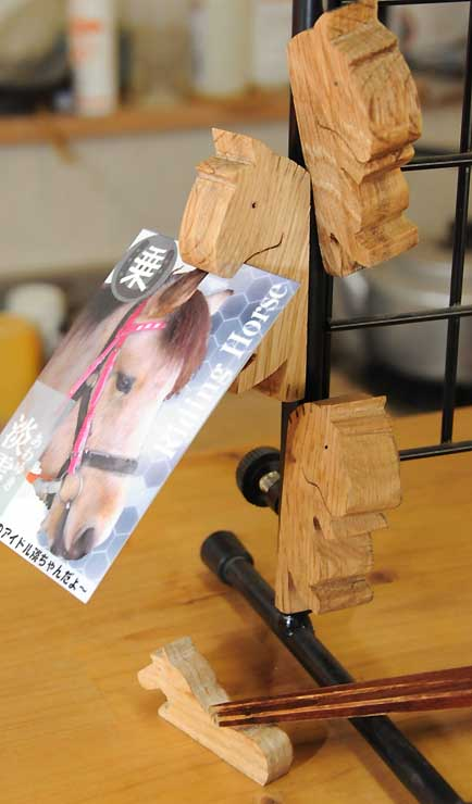木曽馬の里・乗馬センターで販売している「馬グネット」と箸置き