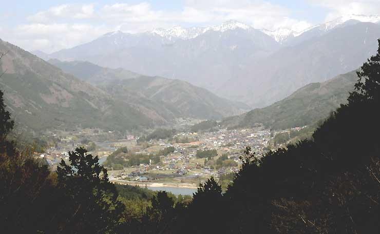 眺望環境を整えた恋路峠から見た大桑村側の風景