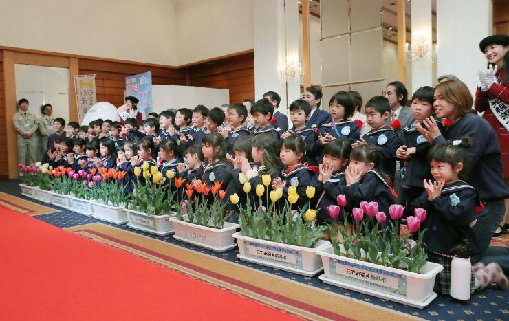 「萬代橋チューリップフェスティバル」の開幕式典=18日、新潟市中央区