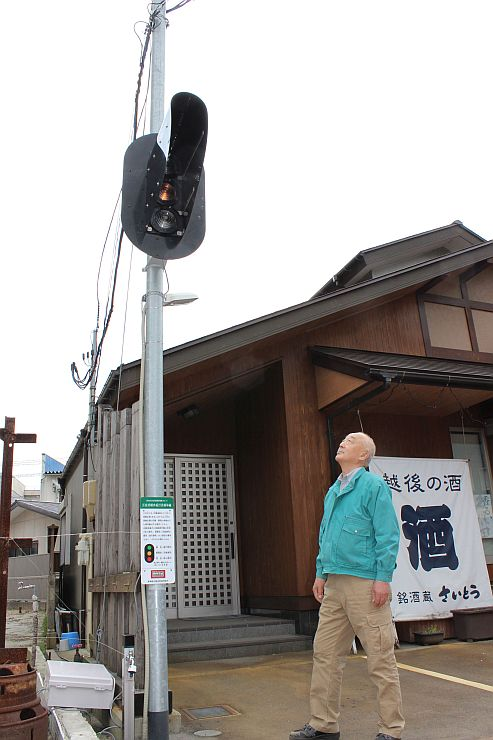 新津新光商店街にお目見えした鉄道の信号機=新潟市秋葉区