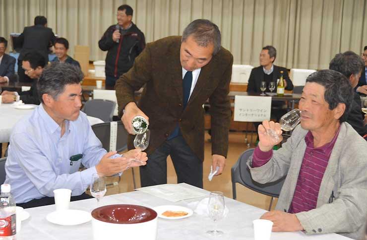 高山村産ブドウのワインの試飲もあった総会