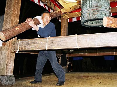 ゴンゴン鐘つき、鷲田さん9連覇 氷見・上日寺