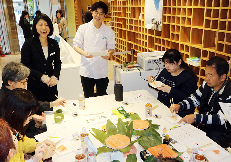 参加者にますずしの豆知識などを紹介する関野さん(中央)=日本橋とやま館