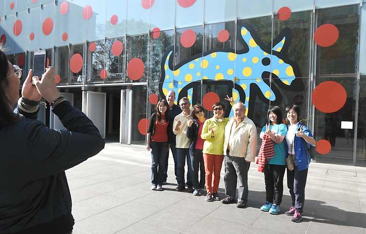 館内を見学後、記念写真に納まる台湾からのツアー客