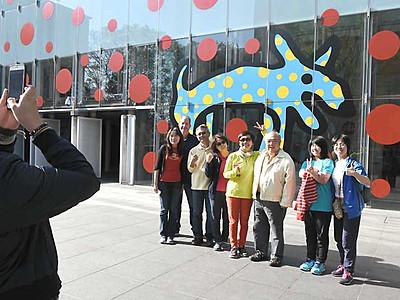 外国人観光客2200人突破 松本の草間弥生展