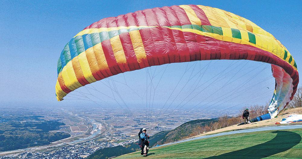 青空に映えるパラグライダー=白山市の獅子吼高原