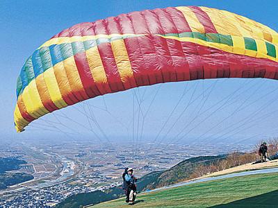 獅子吼高原でパラグライダー 青空に翼映える