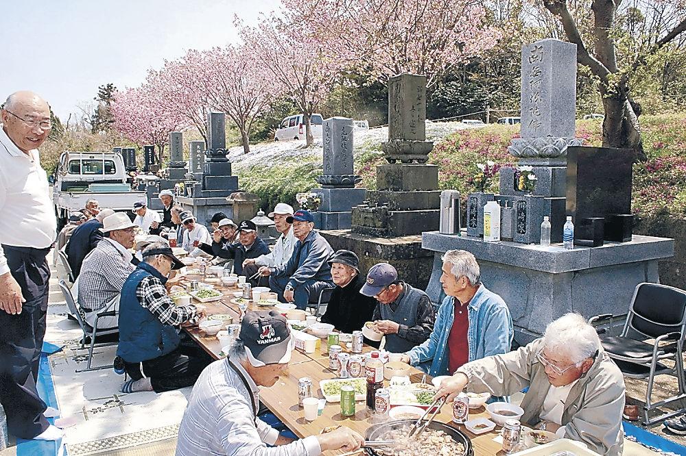 墓地での花見で親睦を深める参加者=志賀町酒見