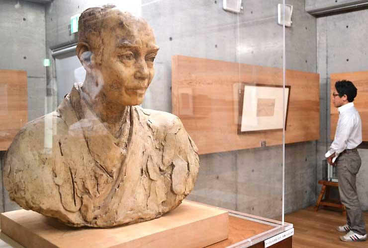 約20年ぶりの展示となる北條虎吉像の石こう原型