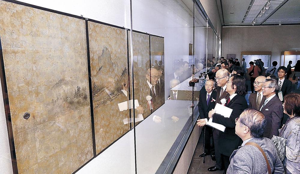 長谷川等伯筆の「山水図」に見入る来場者=金沢市の石川県立美術館