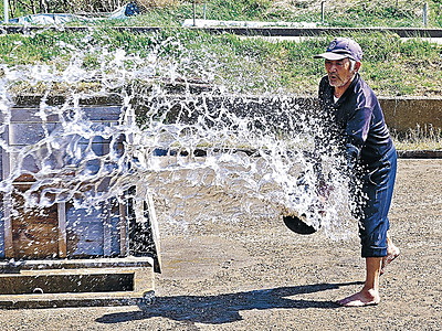 揚浜式の塩作り始まる 珠洲・角花さん、勢いよく海水まく